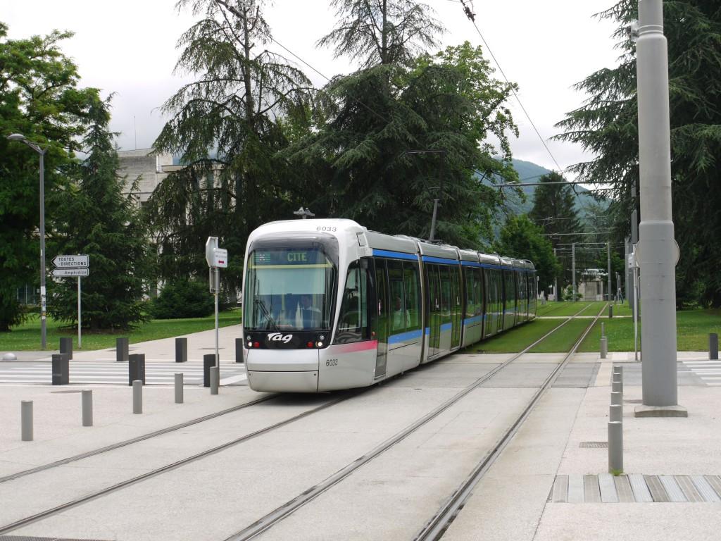 Moderni raitiovaunu talviolympiakaupunki Grenoblessa. Kuvassa kaksi eri ratatyyppiä.