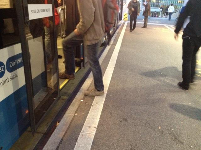 Vaikka bussit ovat nykyään osin matalalattiaisia, niin pysäkin ja oviaukon väliin jää miltei aina korkeuseroja ja rakoa.