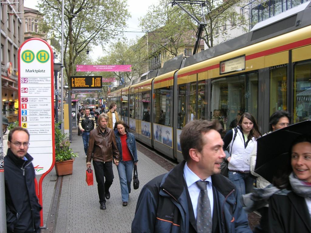 Moderni raitiovaunu tuo satoja asikkaita tunnissa yritysten eteen muutaman minuutin vuorovälillä.