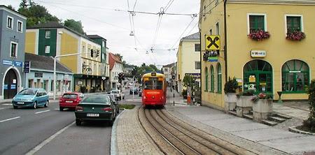 Mallia Pispalan valtatien ratikalle Linzistä. Kun on ahdasta, raitiovaunuille riittää yksi kaista. Vaunut kohtaavat pysäkeillä. Linz 2004, kuva Mikko Laaksonen. Kuva kirjasta Mennäänkö metrolla – joukkoliikenteen uusi aika.